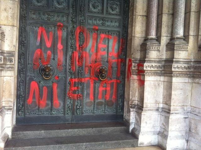 Profanation de l'entrée de la basilique de Montmartre - 01