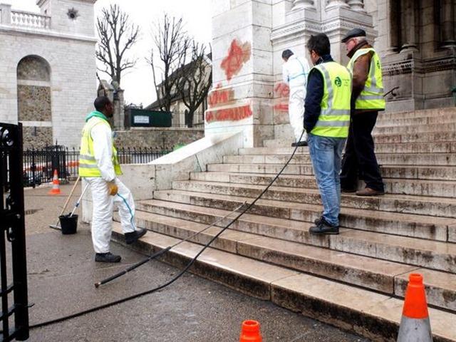 Profanation de l'entrée de la basilique de Montmartre - bis- 01