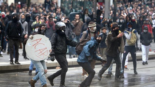 affrontements-entre-manifestants-et-policiers-a-l-issue-du-defile-contre-la-loi-travail-le-9-avril-a-nantes_5578885